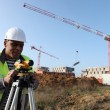 Foto Stock: Land surveyor using altometer