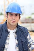 Bauarbeiter in einen bauarbeiterhelm — Stockfoto