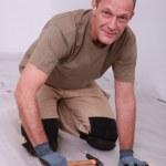 homme pose de planchers laminés — Photo