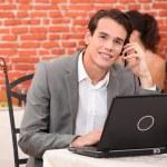jovem sozinha usando laptop — Foto Stock