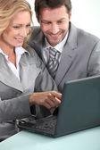 Chefer med bärbar dator — Stockfoto
