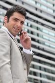 Mladý muž, nastavení schůzky na telefonu — Stock fotografie