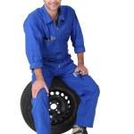 sentado en un neumático mecánico — Foto de Stock