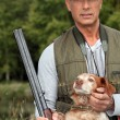 Hunter with a shotgun and dog — Stock Photo