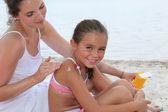 Anne ve çocuk sahilde — Stok fotoğraf