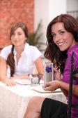 Vrouw in restaurant met verjaardagscadeau — Stockfoto