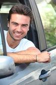 Jonge man zit in zijn auto — Stockfoto