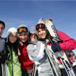 Group of friends at ski resort — Stock Photo
