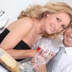 coppia al tavolo — Foto Stock