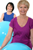 Two middle-aged women with gym balls — Stock Photo