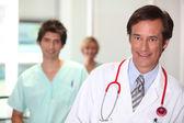 γιατρός που είναι χαμογελώντας. — 图库照片