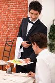 Elegante mesero en restaurante — Foto de Stock