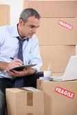 Homem à procura de mobília nova na internet — Foto Stock