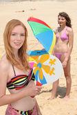 Portret van twee meisjes rackets spelen op het strand — Stockfoto