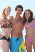 Gençler kumsalda — Stok fotoğraf