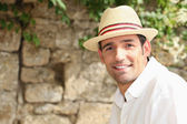 Man with sunhat posing outdoors — Foto Stock
