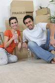 Joven pareja a vivir juntos — Foto de Stock