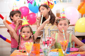 Barn på födelsedagsfest — Stockfoto