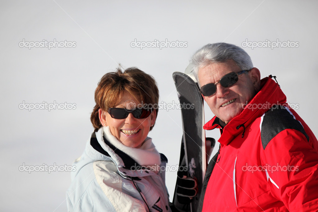 Senior couple on a ski vacation — Stock Photo #7797754