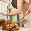 Man cutting chicken on a cutting board — ストック写真