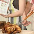 Человек резки курица на разделочную доску — Стоковое фото