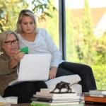 母と娘の社会保障オンラインをチェック — ストック写真