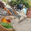 Woman shopping at market — Stock Photo