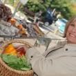 mujer de compras en el mercado — Foto de Stock