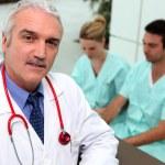três profissionais da área médicas — Foto Stock