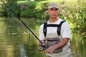 Homme mûr de pêche dans une rivière — Photo