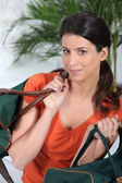 Mladá žena s cestovní tašky — Stock fotografie