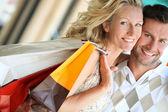Loving couple shopping — Stock Photo