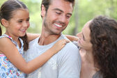 Familjen njuter dag ut i parken — Stockfoto