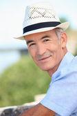 Panama hasır şapkalı yaşlı bir adam — Stok fotoğraf