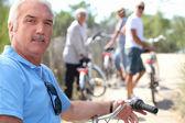 一名男子在一辆自行车上的肖像 — 图库照片