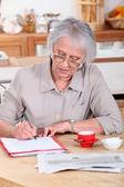 Femme remplissent des formulaires — Photo