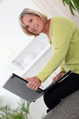 Woman on laptop — 图库照片
