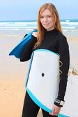 Jeune internaute féminine avec bodyboards et palmes — Photo