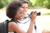 カメラを探している観光客のカップル — ストック写真