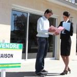 kobieta agent nieruchomości z mężczyzna klienta — Zdjęcie stockowe