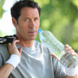 Min sports clothes drinking water — Stock Photo #7812164
