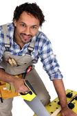 Commerciante segare un pezzo di legno — Foto Stock