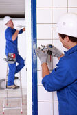 Electricista cableado un enchufe de pared — Foto de Stock