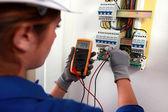Femelle électricien vérifiant un boîtier à fusibles — Photo