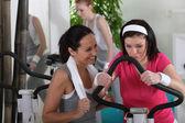 Женщины, работающие в тренажерный зал — Стоковое фото