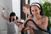 Mulheres jovens no clube desportivo — Fotografia Stock