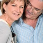 hombre mirando cariñosamente esposa — Foto de Stock