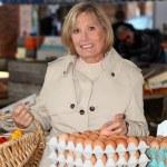vrouw eieren op de markt kopen — Stockfoto