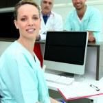 ιατρική τους συναδέλφους με έναν υπολογιστή και μια κενή οθόνη — Φωτογραφία Αρχείου