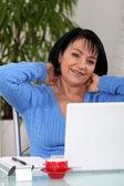 Kvinna som arbetar hemifrån — Stockfoto